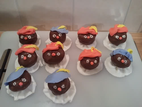 zwarte piet soesjes. Love this idea for Sinterklaas, also to take to school on 5 December.