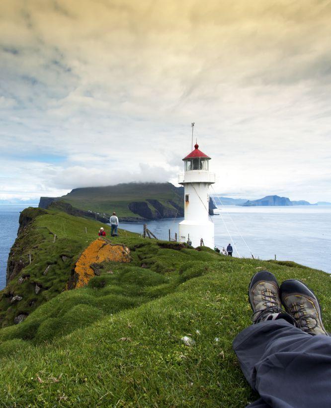 Las Islas Feroe será uno de los dos lugares donde se puede experimentar la magnitud total del eclipse solar total el 20 de marzo. El impresionante paisaje costero con el faro Mykinesholmur. Un puente peatonal conecta este islote con la isla de Mykines sobre una garganta profunda de 35 metros .