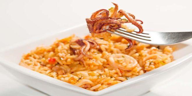 Esta Receta de Arroz con Calamares es una variante del tradicional Arroz marinero o Arroz con mariscos. La receta es deliciosa y de fácil elaboración.  Acá están los Ingredientes y el Modo de preparación paso a paso para 4 Personas.