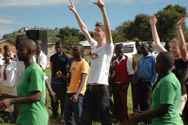 Erik Arbores danst de drill in Oeganda.