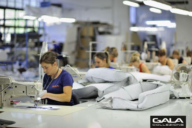 Wykrojone elementy pokrowców tapicerskich zszywają precyzyjnie szwaczki, które dzięki swoim manualnym umiejętnościom potrafią z kawałka skóry wyczarować piękny, doskonale uszyty pokrowiec na sofę. #GalaCollezione #szwaczka #szwaczki #szwalnia #fabrykamebli #furnitureproducer #furtniture #upholstery #upholsteryproducer #producentmebli #sofy #sofa