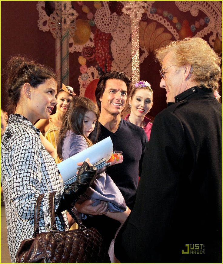 tom cruise katie holmes suri nutcracker 05 Katie Holmes, Tom Cruise, and their adorable daughter Suri pose backstage with dancers from the New York City Ballet's The Nutcracker on Friday (December 17) in…