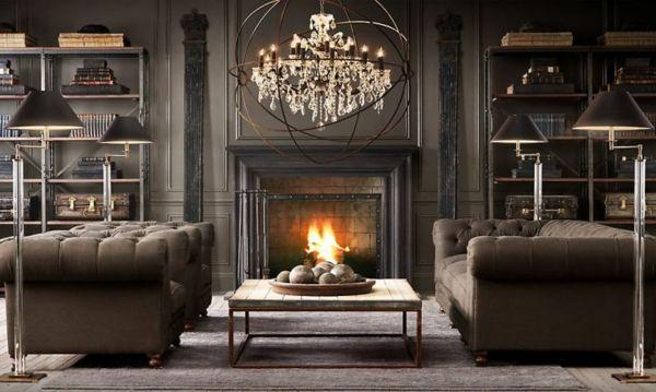 salle de séjour en couleurs sombres avec cheminée, un plafonnier pendant splendide et deux canapés chesterfield