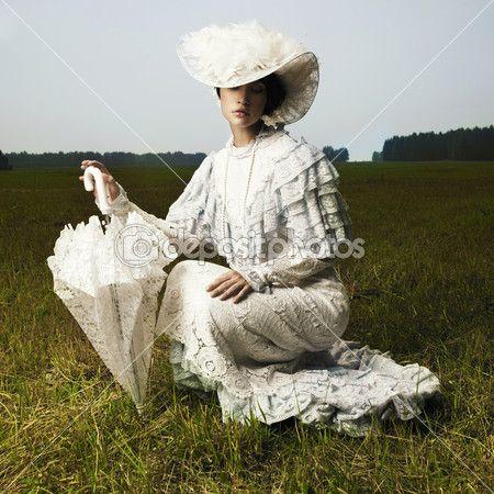 Фото красивая женщина в старинные платья для прогулок