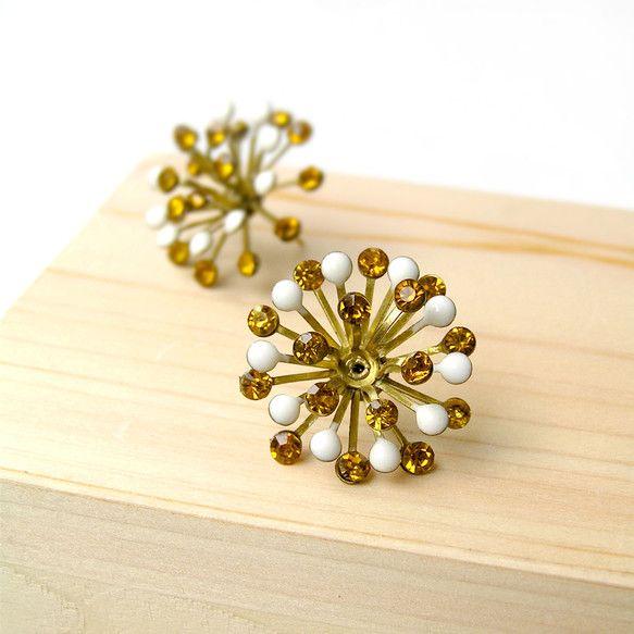 素晴らしいホワイトエナメルペイントときらめくてアンバーラインストーンていた黄銅の花です。日常の服装や特別イベントなどにもピッタリです。手作りの製品、香港からで... ハンドメイド、手作り、手仕事品の通販・販売・購入ならCreema。