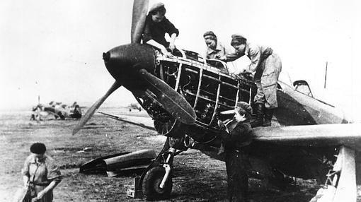 Varios mecánicos reparan un Yak-1-Rusia, II guerra mundial
