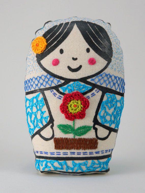 Gina  matrioska de tela impresa y bordada a mano con por Gineceo