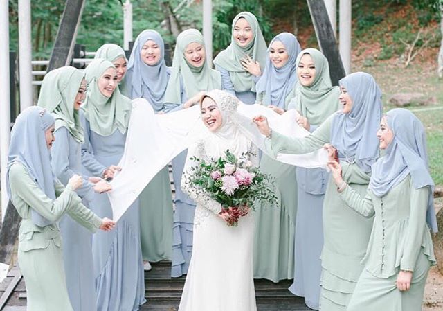 A warm shot of the bride and her bridesmaids in a soft blue and mint attire. Love the choice of pastel color that brightens the mood. Double tap if you're a fan!  Photo courtesy of @tied.the.knot . . . #thebridesisters   #sisterreminder  #sisterfillah  #tbs #bridesisters #islamicquotes #muslimweddinginspiration #haadist #alquran #sunnah #pernikahanmuslim #islam #hijabibride #hijabbride #hijabbridesmaid #muslimbride #muslimbridesmaids