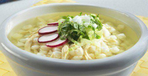 pozole-blanco-receta INGREDIENTES:  1 kilo de maíz preparado para pozole1 cabeza de ajo1 ramillete de hierbas de olor (opcional)3 kilos de carne de cerdo mixta de cabeza, maciza y patas  Para hacer la guarnición:  3 limones cortados en rebanadas3 cucharadas de cebolla finamente picada2 cucharadas de orégano triturado2 cucharadas de chile piquín en polvoSal gruesa