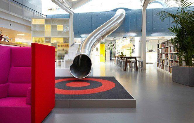 Gostei bastante da modelagem do espaço interno do novo escritório da LEGO na Dinamarca criado pelo arquiteto Rosan Bosch.