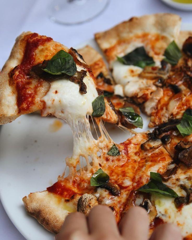 Domates sos mozzarella porcini kültür mantarı ve fesleğen ile hazırlanan Porçini Mantarlı Pizza... Hub ekşi mayalı ekmeklerimizin ne kadar iyi olduğunu biliyorsunuz onları bir de pizza hamuru haliyle görün. Porçini mantarlı pizza da yumuşaklığı lezzeti ve dolgunluğu ile rüyalarınıza girecek cinsten.  #hubfood #hubfoodistanbul