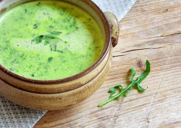 LUNCH RECEPT TIP: Courgette Rucola soep – Ideaal om af te vallen. Recept voor 2 personen, of als je alleen bent, om later nog een kommetje te pakken als tussendoortje 😉 Ingrediënten: 2 courgettes 1 ui (gesnipperd) 2 bouillon blokjes rucola 750 ml water peper en zout. Bereiding: Fruit de uit in kokosvet of olijfolie …