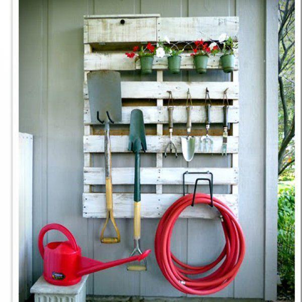 Une palette transformée en étagère de jardin -