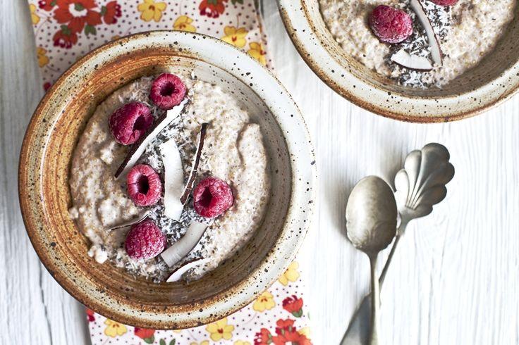 Avez vous déjà mangé du quinoa au petit déjeuner? Il est délicieux cuit dans du lait de coco, un peu de cannelle et de sirop d'érable ! Parsemé de petits fru...