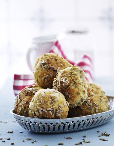 Tag hul på det nye år ved at bage nogle lækre og sunde kerneboller, der tilmed er velegnede at gemme i fryseren, så du har sundt morgenbrød eller en lækker frokostbolle lige ved hånden.