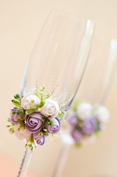 Taça para noivos decorada com biscuit
