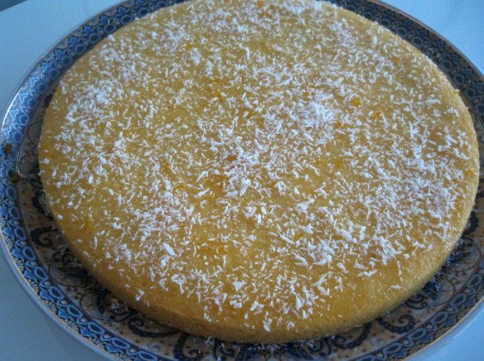Deze cake maak je met zonnebloemolie, griesmeel en vanillevla. Resultaat? Een zachte en luchtige cake met vanillesmaak, een cake die absoluut niet droog wordt. Heerlijk dus!