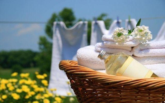 ¿A quién no le gusta abrir el armario y sentir una fresca fragancia y esa sensación de limpio? A veces nos podemos encontrar que por mucho suavizante que echemos en la lavadora, cuando nuestra ropa...