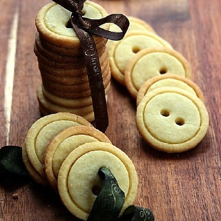 Shortbread cookie buttons! So cute :) - Poke holes with a straw and tie with a ribbon as a gift!