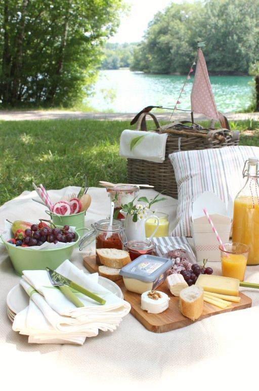 Summer picnic with fruits, juices, bread and cheese , very lovely ! Would fit perfect in the garden of #Chambiers !