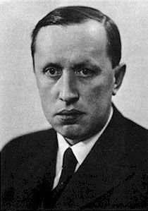 "Karel Čapek - autor de R.U.R. y del término ""robot"".  ""In its original Czech, robota means forced labour of the kind that serfs had to perform on their masters' lands, and is derived from rab, meaning 'slave'."" [wikipedia]"