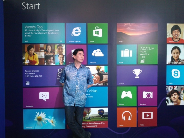 Andreas Diantoro (Presdir Microsoft Indonesia) dengan suasana Windows 8
