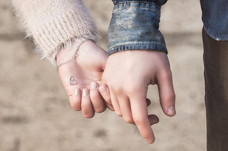 Vesa Nilsson hopeinen #Lovebird-korusarja on täydellinen huomenlahja. www.kalevalakoru.fi #finnishdesign #madeinfinland #kalevalakoru #kalevalajewelry