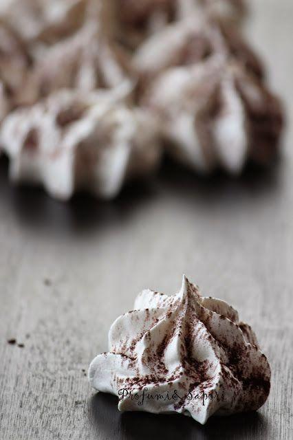 Spesso capita di preparare dolci e creme in cui è prevista una discreta quantità di tuorli. In quei casi, l'albume non va mai buttato, in quanto prezioso alleato in ricette povere di grassi. …