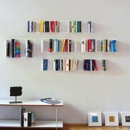 Durch die mimimale Materialverwendung entstehen stabile und filigrane Rahmen, welche die Bücher einfassen und wirkungsvoll präsentieren. Die unterschiedlich genormten Buchformate haben den Stahlrahmen ihre Maße verliehen. Die Konstruktion zur Wand ist nicht ersichtlich, da sie von den Büchern umschlossen wird, somit scheinen die Rahmen zu schweben. Durch die Anordung der Bücherrahmen, die unterschiedlichen Formate und Tiefen, entsteht ein lebendige, dreidimensionales Wandbild, das die Bücher…