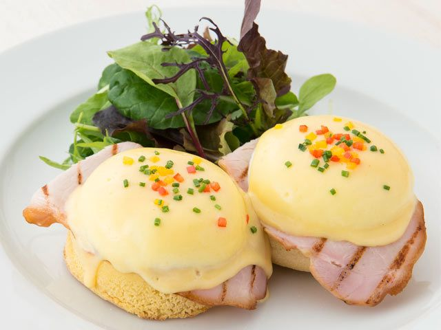 スモークハム、自家製オランデーズソース、パプリカとチャイブをトッピングしたクラシックスタイル。ブランチには欠かせない、卵料理の代表格だ。