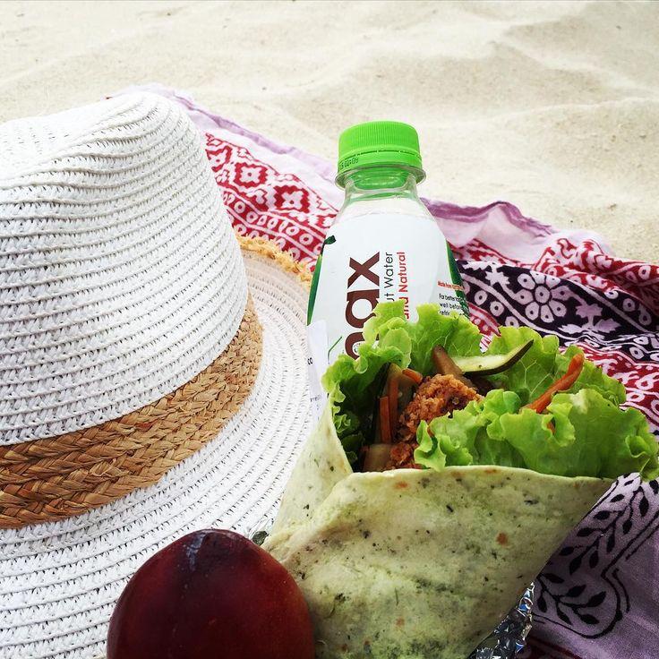Snacks na praia, versão verdocas com hambúrguer vegetariano!!!  Mais opções em www.elaeamarmita.pt ✔️wrap de espinafres c/ hambúrguer vegetariana,alface,tomate antepasto de beringela  ✔️água de coco ✔️ameixa  #snacksnapraiabyelaeamarmita #elaeamarmita  #snacksnapraia #healthybreak #healthychoices #wrap #aguadecoco #veggie #veggielife #vegetarian #veggiechoices #instafood #instafit #instaveggie  #beach #veggierunner #veggieburguer #antepastoberingela @cocomax_live
