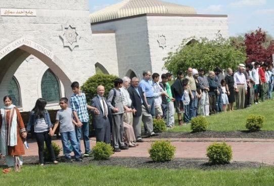 Исламский центр в Цинциннати окружили межрелигиозным «кольцом мира»  «Мы хотели показать, что здесь, в Цинциннати, мы поддерживаем все вероисповедания и мусульман, в частности», — сказала директор городской Комиссии по правам человека Эрика Кинг-Беттс #США, #исламский_центр , #мусульмане, #христиане, #иудеи, #межрелигиозный_диалог