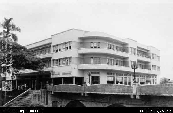 Aixamar LópezFOTOS ANTIGUAS SANTIAGO DE CALI .En este edificio funcionó Avianca, en la parte baja, por el lado de las escaleras, se encontraban las instalaciones de Radio Eco y 200670. OTRO: Biblioteca Departamental Jorge Garces Borrero, 1965. 13X14