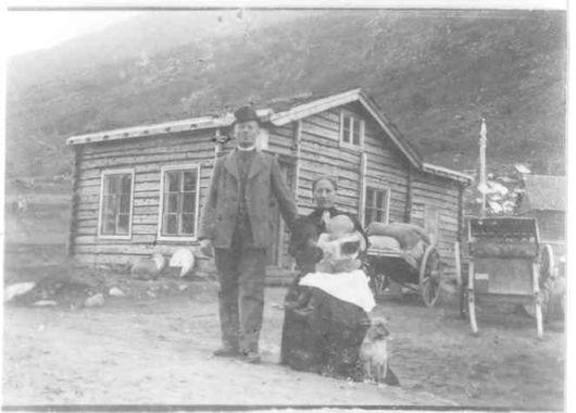 DigitaltMuseum - Th. Garmo (1869-1941) og Embjørg Garmo (f. Kvåle 1872-1960) med eldstebarnet Ragna Garmo (1896-1906) framfor Torjerbua