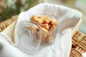 Ostesnacks - perfekt til ein drink. Desse held seg i nokre veker, så dei kan lagast i god tid. Gi dei bort i ein fin boks.