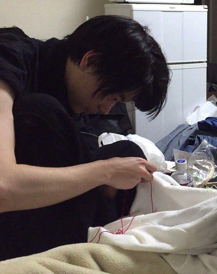 個性的な役柄を演じ分け、映画にドラマにCMに引っ張りだこの菅田将暉(24)。「今、日本一忙しい俳優」とも言われるほど多忙な生活を送る中、パワーの源としているのが服作りだ。「仕事終わりのミシンは最高」と、夜な夜な友人と一緒に無心で布に針を通す。服作りのこだわりは、役作りにも相通じている。