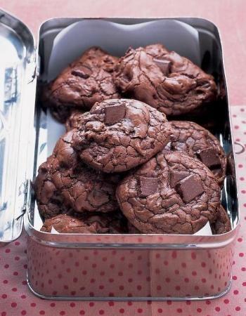 Cookies sans beurre et sans farine Préchauffez votre four à 180°.  Mixez deux avocats bien mûrs avec 85g de sucre roux.  Ajoutez un oeuf et mixez.  Ajoutez une cuillère à café de bicarbonate de soude et 80g de cacao en poudre. Mixez.  Ajoutez 50g de pépites de chocolat.  Formez des petites boules, placez-les sur une plaque de four (sur du papier cuisson) et faites-les cuire pendant 10 minutes.  Les cookies doivent être tout mous à la sortie du four.