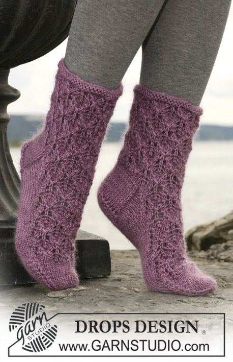 """DROPS socks with lace pattern in """"Kid-Silk"""" and """"Karisma"""" or """"Merino"""". ~ DROPS Design"""
