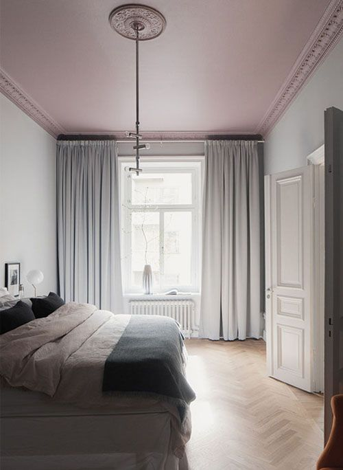 I love pretty much everything in this Swedish apartment, I discovered at Wrede… the grey coloured walls and blah… BUT tell me – how insane is this pink bedroom ceiling?