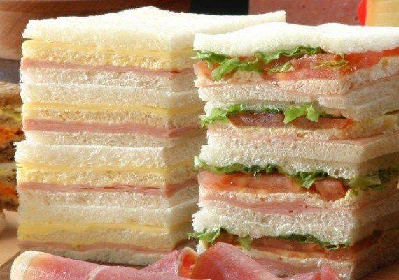 """Los  sándwiches  """"triples de miga"""". Es un tipo de sándwich que no se consume en España y sin embargo, enamora a quienes lo prueban en Argentina. Entre tres finísimas capas de miga, se coloca todo tipo de combinaciones de productos en capa separadas: jamón y queso, serrano y palmitos, anchoas y queso roquefort, tomate y jamón crudo, lechuga y tomate, y así hasta el infinito."""