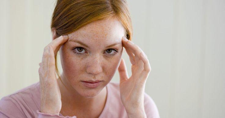 Sinais de herpes zóster no couro cabeludo. A herpes zóster é causada por uma recorrência do vírus varicela-zoster (VZV), que causa a varicela durante a infecção inicial. Quando os sintomas passam, o vírus torna-se latente em uma célula nervosa e depois o nervo é afetado pela herpes. Isso geralmente ocorre nas nádegas e no tronco do corpo, mas um nervo facial também pode ser afetado, ...