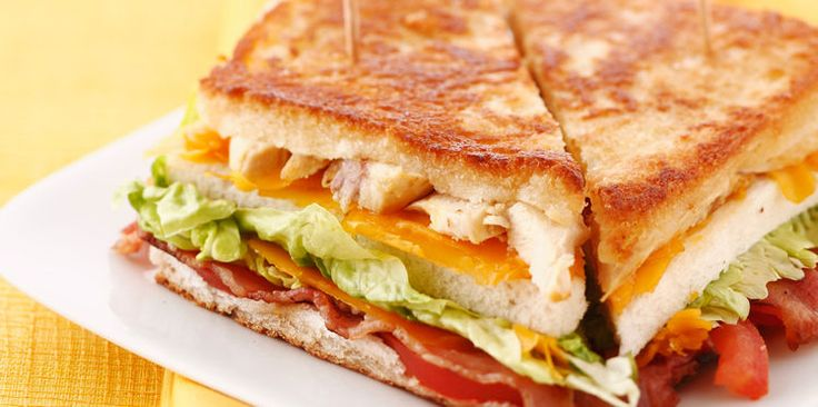 Club sandwich toasté poulet cheddar bacon tomate