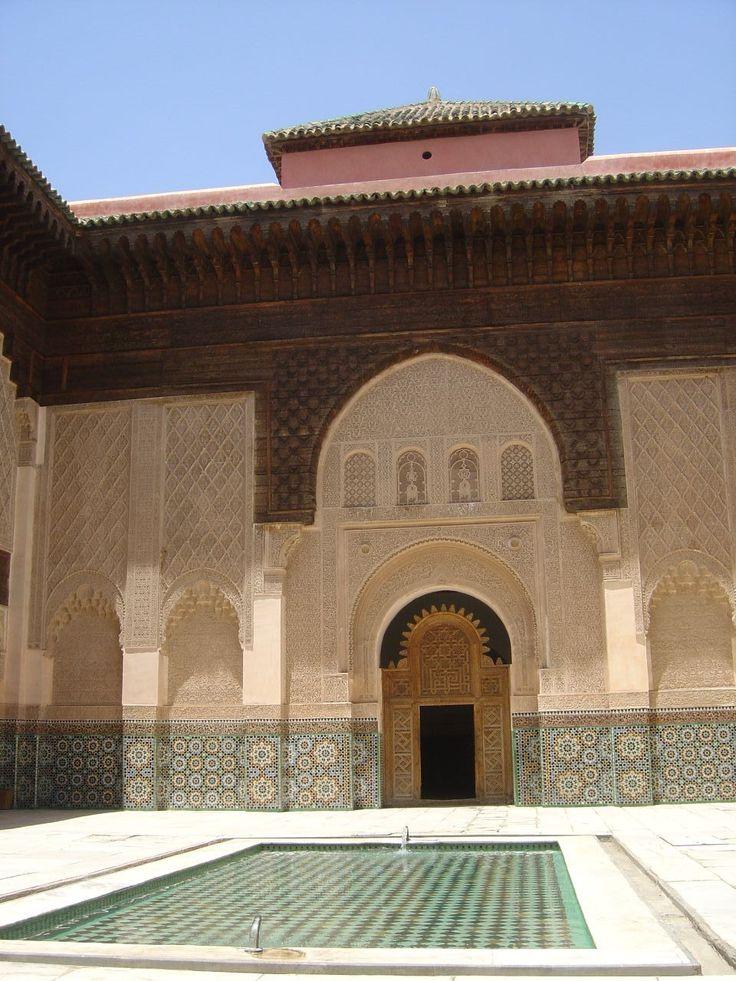 Marrakech: het verkleinwoord Medrasa via de portal naar de noordwestelijke hoek van het gebouw, je loopt door een smalle, omheind gang die parallel loopt aan de noordelijke muur van het gebouw, het verplaatsen naar het oosten. De gang eindigt met een kleine vestibule bedekt het centrum van de noordelijke gevel, op as met het midden van de rechter. Na aankomst in het voorportaal van de ingang gang, het pad draait naar rechts http://www.medersa-ben-youssef.com/de/