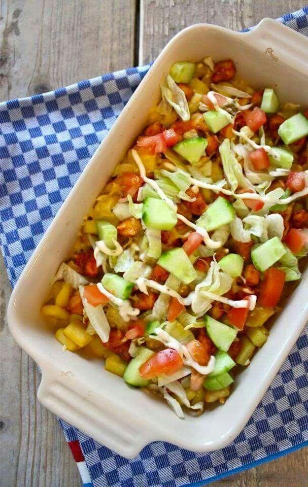 Voor Kapsalon liefhebbers.... hierbij een gezondere variant De Kipsalon!!!! Dit heb je nodig: – kipfilet (+/- 100 gram p.p.) – shoarmakruiden – aardappelpartjes met schil – een ui – een paprika – sla – tomaat – komkommer – geraspte kaas – olijfolie – zelfgemaakte knoflooksaus van kwark en magere yoghurt Snij de kipfilet in blokjes en meng hier doorheen twee eetlepels olie en shoarmakruiden. Bak vervolgens de aardappelschijfjes in olie, en tegelijkertijd bak je in een andere pan de kipblokjes…