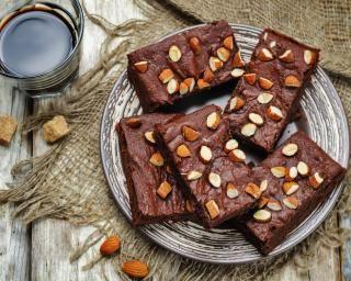 Brownie sans beurre aux amandes : http://www.fourchette-et-bikini.fr/recettes/recettes-minceur/brownie-sans-beurre-aux-amandes.html-0