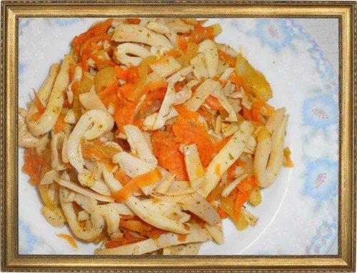 Теплый салат с кальмарами.