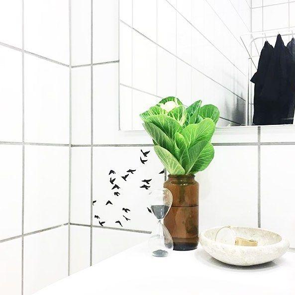 Cool bathroom detail at Instagram profile @35kvadratmeter. Hjemme hos Kristinna fra Instagram profilen @35kvadratmeter er der god stil på badeværelset #boligindretning #boligmagasinet #badeværelse #diy #indretning #bathroom #homejunkie #tiles #tilestickers #patterns #graphicdesign