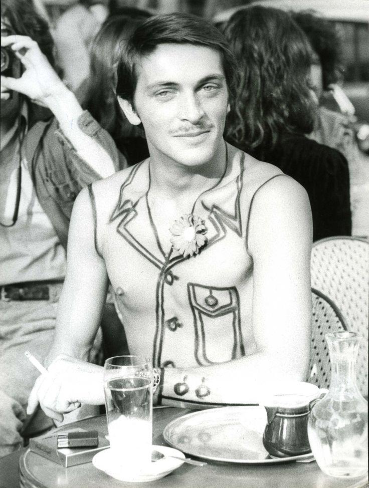 Les Arts Décoratifs - Exposition Trompe-l'oeil. Imitations, pastiches et autres illusions - « Homme assis à une terrasse de café », Gunnar Larsen, 1973