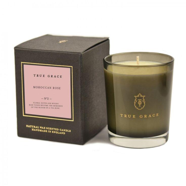 Att tända ett doftljus från True Grace är ett enkelt och vackert sätt att skapa stämning i ditt hem. Naturliga essentiella oljor tillsammans med det rökfärgade glaset skapar en fridfull och värmande atmosfär när ljuset tänds. Ljuset är tillverkat av vegetabiliskt vax som för hand har hällts upp i den stilrena behållaren. Brinntid ca 40 timmar.Moroccan Rose: En blommig doft av trädgårdsrosor tillsammans med friskheten av citrus som landar i en bas av viol och sandelträ.