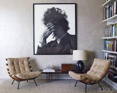 .mueble bajo y retrato gigante